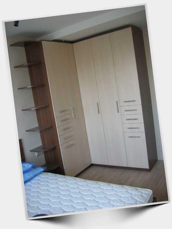 Угловой шкаф с распашной дверью.