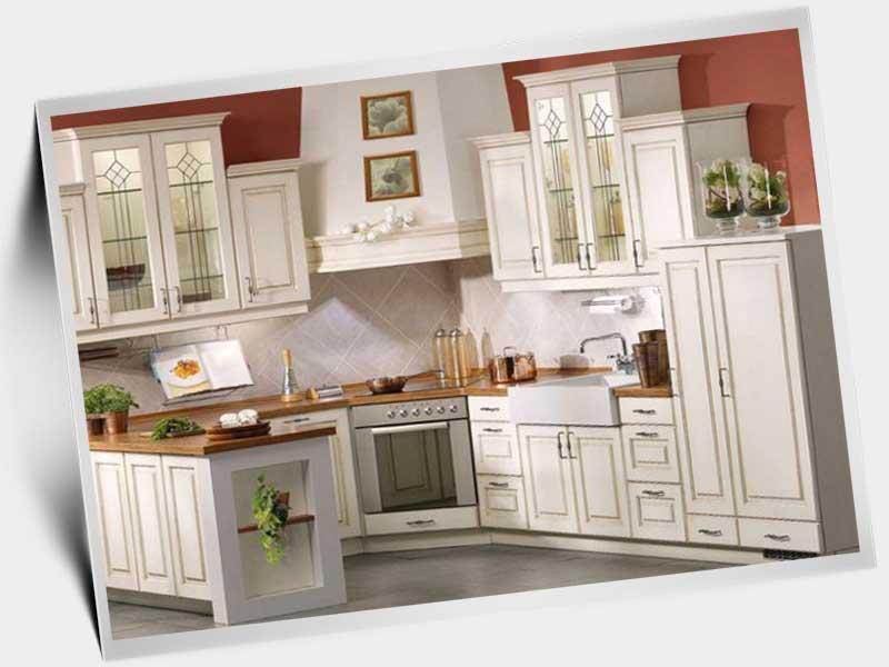 Глянцевая белая кухня в интерьере